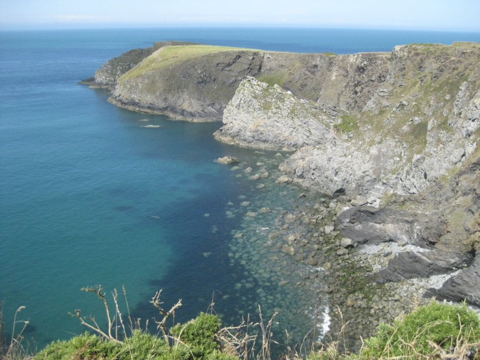 Unmissable stops on a road trip in Wales | Pembrokeshire coastline in Wales | Travel guide | Girl with a saddle bag blog