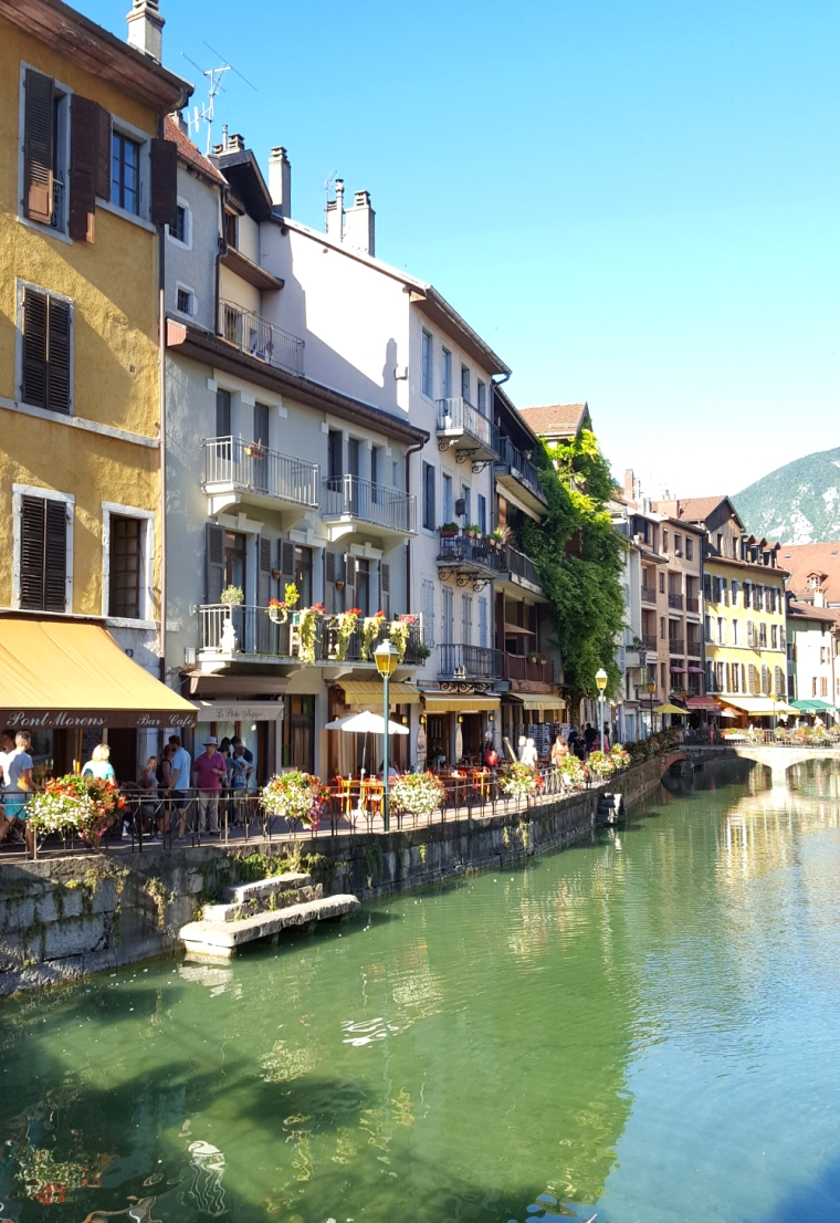 Lake Annecy: France's best-kept secret | Buildings along the river Thiou in Annecy | Travel guide | Girl with a saddle bag blog