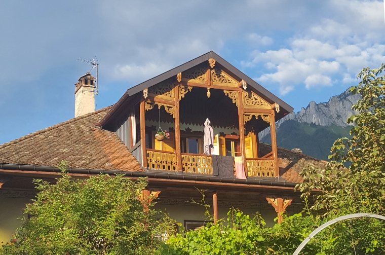 Unmissable things to do around Lake Annecy, France | Alpine chalet in Menthon-Saint-Bernard on the edge of Lake Annecy | Travel guide | Girl with a saddle bag blog