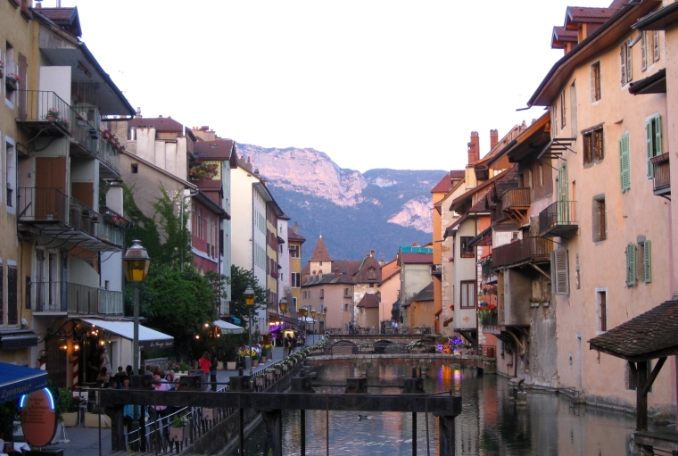 Unmissable things to do around Lake Annecy, France | Annecy old town by the river Thiou at dusk | Travel guide | Girl with a saddle bag blog