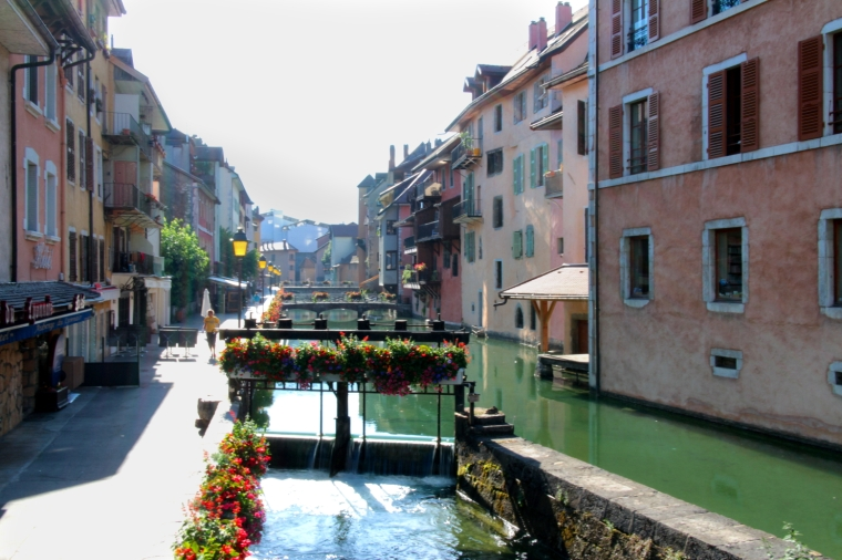 Lake Annecy, France: A practical guide to planning your travel and accommodation | River Thiou, Annecy, early in the morning | Travel guide | Girl with a saddle bag blog