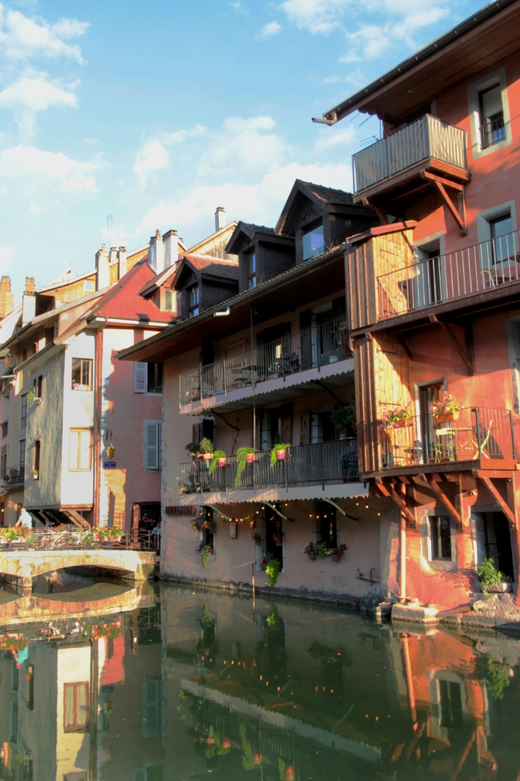 Lake Annecy, France: A practical guide to planning your travel and accommodation | Colourful townhouses along the River Thiou, Annecy | Travel guide | Girl with a saddle bag blog