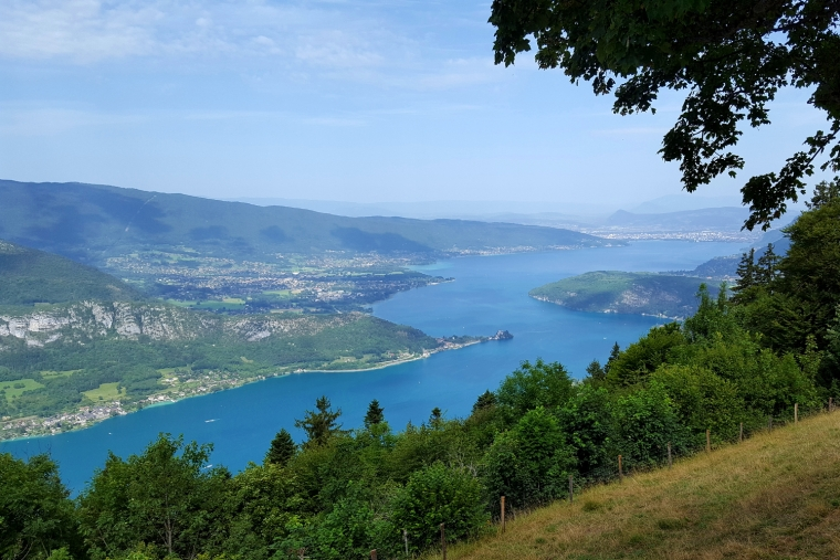 Unmissable things to do around Lake Annecy | View of Lake Annecy from Col de la Forclaz, France | Travel guide | Girl with a saddle bag blog