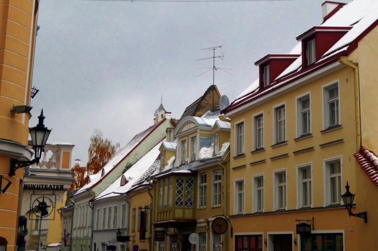 Snowy streets in the old town of Tallinn, Estonia | Travel guide | City guide | Girl with a saddle bag blog