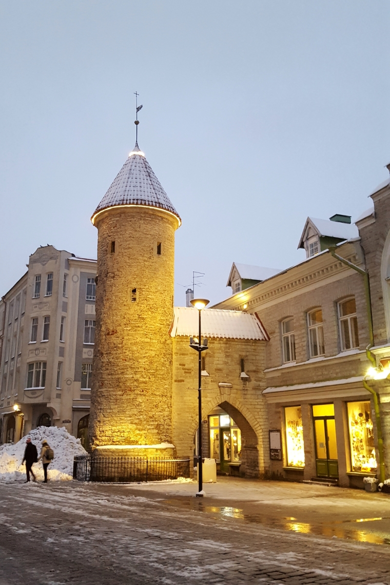 Viru gate at the entrance to Tallinn's old town | Travel guide | City guide | Girl with a saddle bag blog
