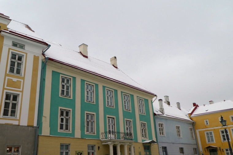 Pastel coloured buildings at the top of Toompea Hill in the old town of Tallinn, Estonia | Travel guide | City guide | Girl with a saddle bag blog