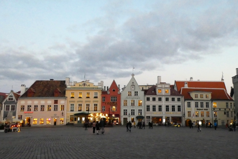 Medieval main square in Tallinn, Estonia | Travel guide | City guide | Girl with a saddle bag blog